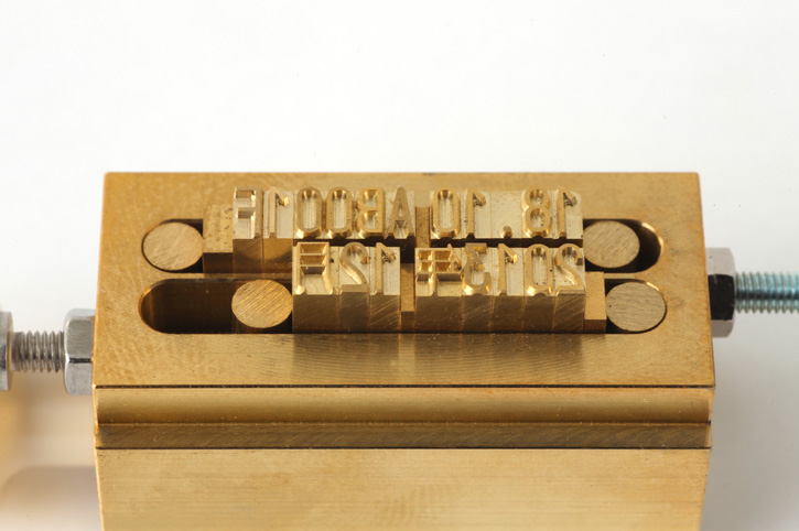 活字を組み、活字ホルダーを印字機にセットします