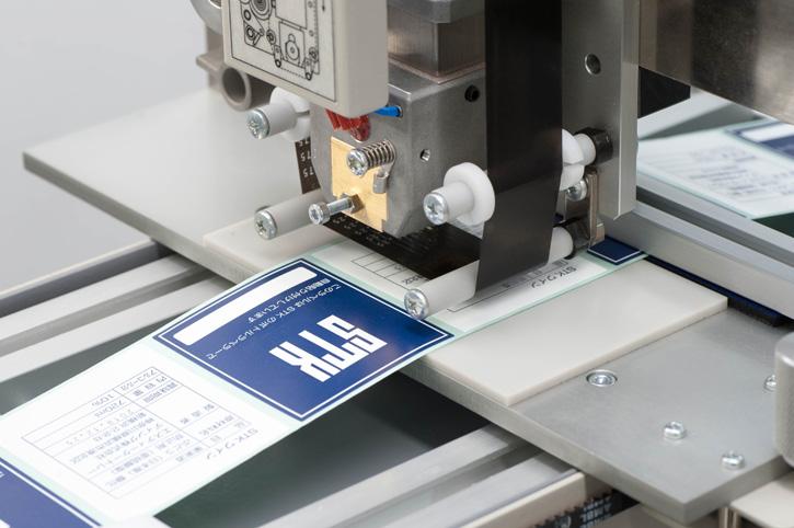 ③ 印字テープを介してラベルにしっかりと熱刻印します