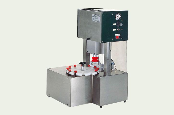 小型容器用キャッパーCC1100は小型容器用の卓上型スターホイール式キャッパーです